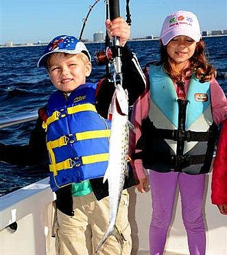 Fishing-in-Gulf-Shores-with-families-catching-spanish-mackerel-while-chartering-a-boat
